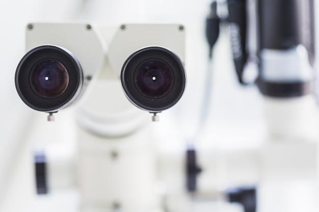Primo piano di un microscopio dentale