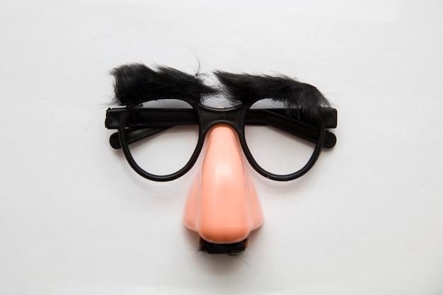 Primo piano di un naso finto e occhiali, con le sopracciglia pelose