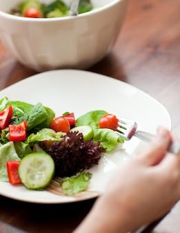 Primo piano di un piatto di insalata