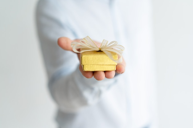 Primo piano di un piccolo regalo sulla mano maschile