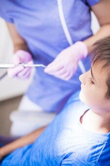 Primo piano di un ragazzo che passa attraverso il trattamento dentale