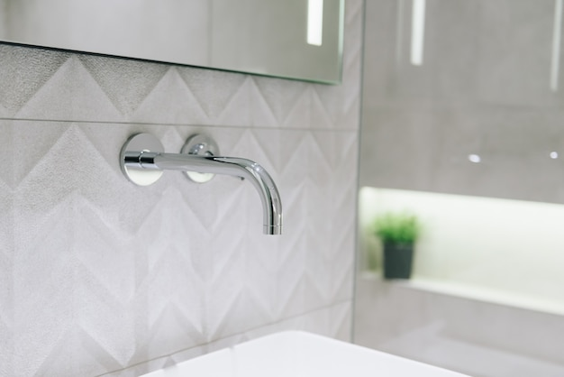Primo piano di un rubinetto in elegante bagno moderno interno