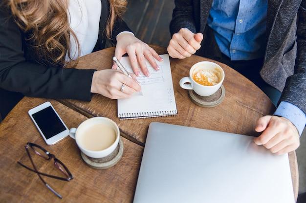Primo piano di un tavolino da caffè con due colleghi