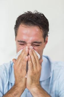 Primo piano di un uomo che soffre di raffreddore