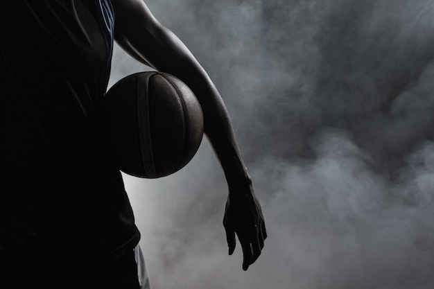 Primo piano di un uomo che tiene un pallone da basket