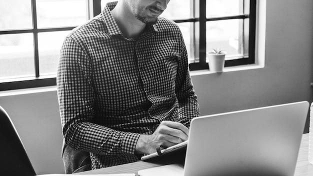 Primo piano di un uomo che utilizza un laptop