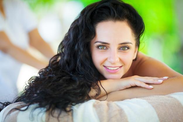Primo piano di una bella donna ricevendo il trattamento termale