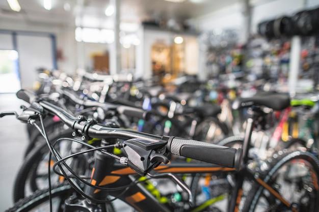 Primo piano di una bicicletta in negozio
