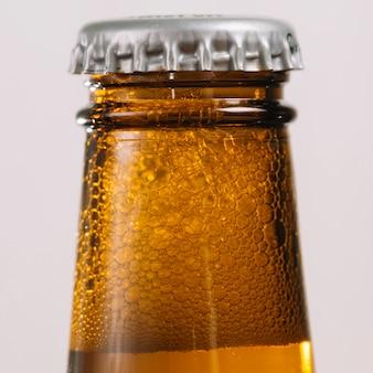Primo piano di una bottiglia di birra con cappuccio