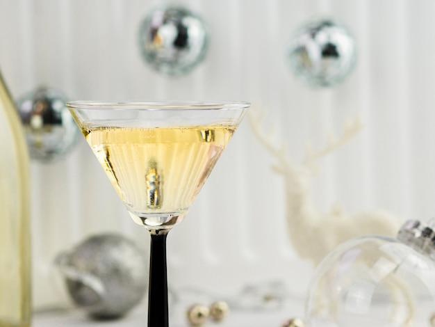 Primo piano di una bottiglia di champagne con globi d'argento