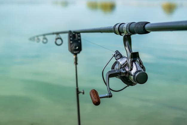 Primo piano di una canna da pesca della bobina