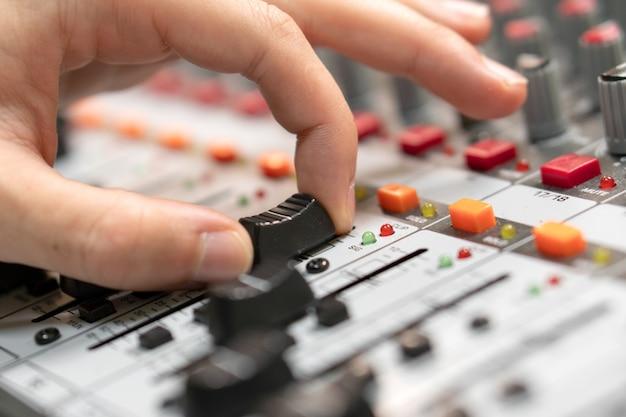 Primo piano di una console di missaggio, equalizzazione manuale dei canali audio. studio di registrazione professionale. lavorare in studio di registrazione.