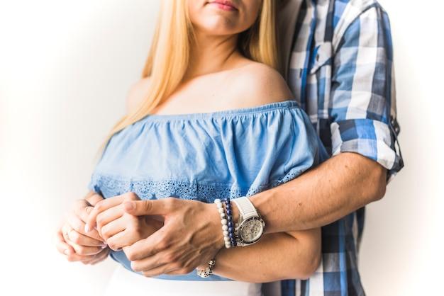 Primo piano di una coppia che tiene la mano