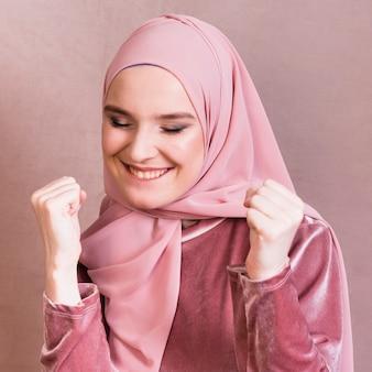 Primo piano di una donna che celebra il suo successo con il pugno di serraggio