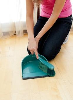 Primo piano di una donna che fa i lavori di casa