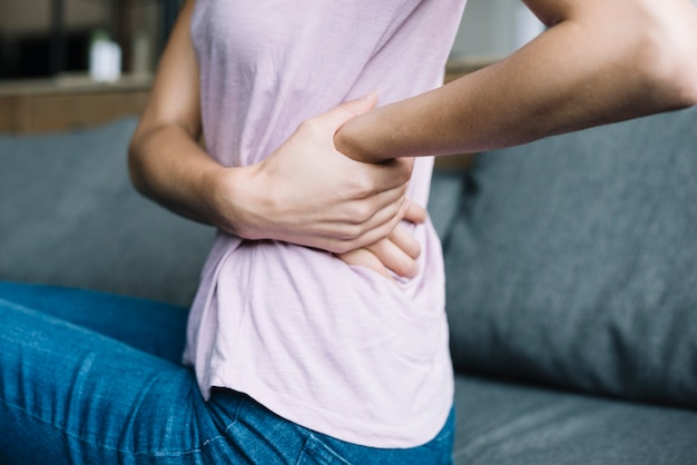 Primo piano di una donna che soffre di mal di schiena