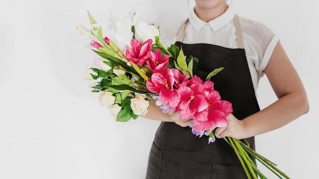 Primo piano di una donna che tiene mazzo di fiori bianchi e rossi