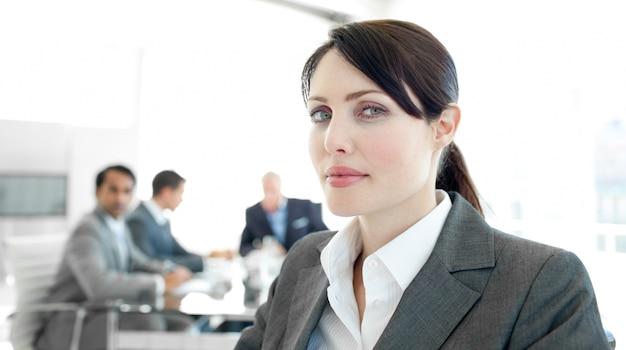 Primo piano di una donna d'affari in una sedia a rotelle nel corso di una riunione