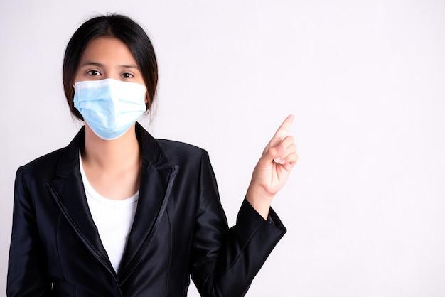 Primo piano di una donna d'affari in una tuta che indossa una maschera protettiva