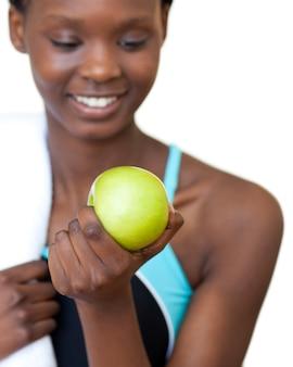 Primo piano di una donna di forma fisica che mangia una mela