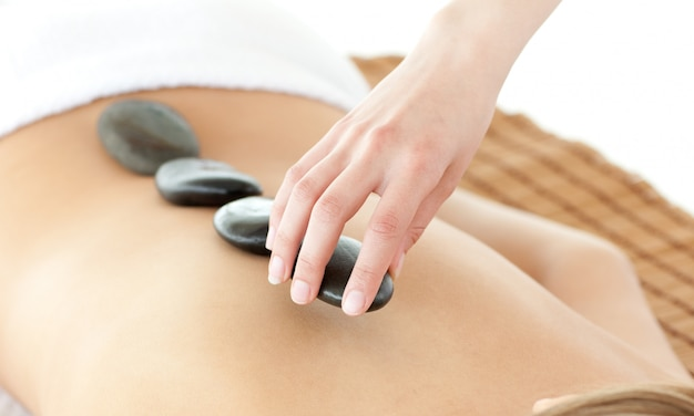 Primo piano di una donna sdraiata su un lettino da massaggio