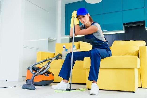 Primo piano di una donna stanca dopo il lavoro domestico