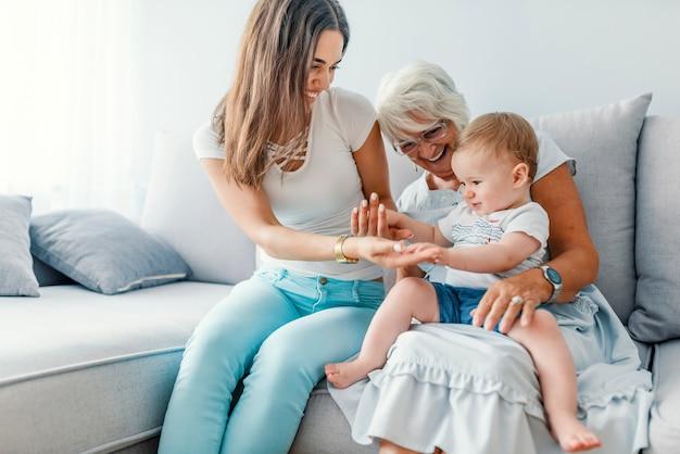 Primo piano di una famiglia generazionale insieme nel loro soggiorno a casa, rilassante con il