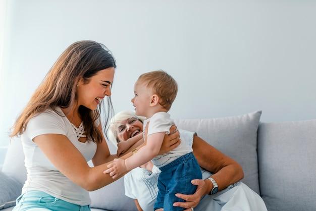 Primo piano di una famiglia generazionale insieme nel loro soggiorno a casa