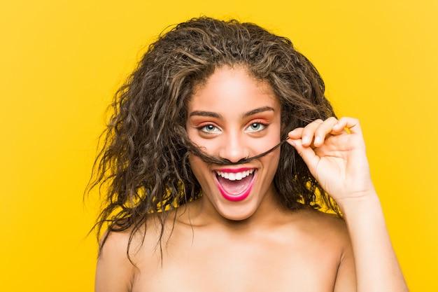 Primo piano di una giovane donna afro-americana bella e make-up in posa