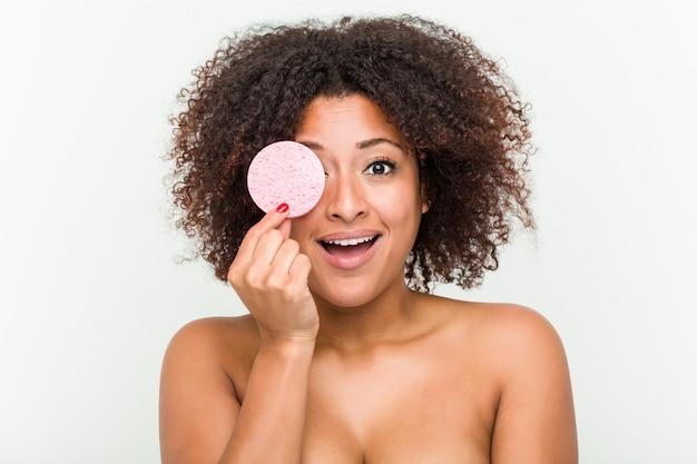 Primo piano di una giovane donna afro-americana in possesso di un disco facciale