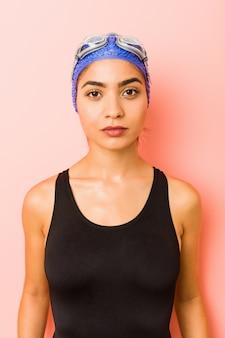 Primo piano di una giovane donna araba nuotatore