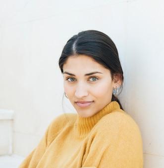 Primo piano di una giovane donna attraente