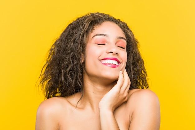 Primo piano di una giovane donna bellissima e make-up in posa