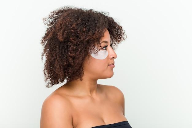 Primo piano di una giovane donna con un trattamento della pelle degli occhi