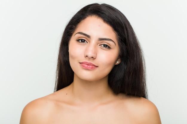 Primo piano di una giovane donna ispanica bella e naturale