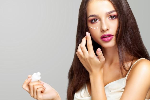 Primo piano di una giovane donna ricevendo un trattamento termale