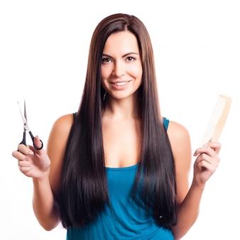 Primo piano di una giovane donna sorridente con bei capelli