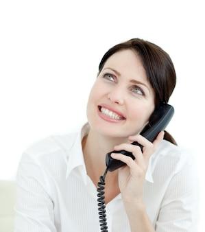 Primo piano di una giovane imprenditrice sul telefono