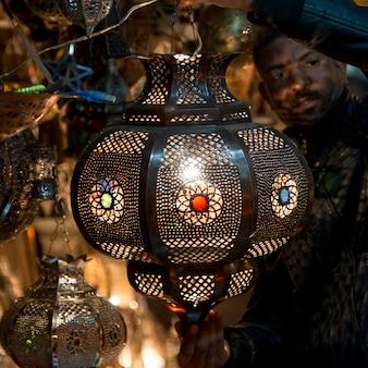 Primo piano di una lampada marocchina, djemma el fna, marrakesh, marocco