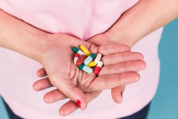 Primo piano di una mano femminile che tiene la capsula in mano