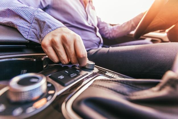 Primo piano di una mano maschile in un'automobile moderna