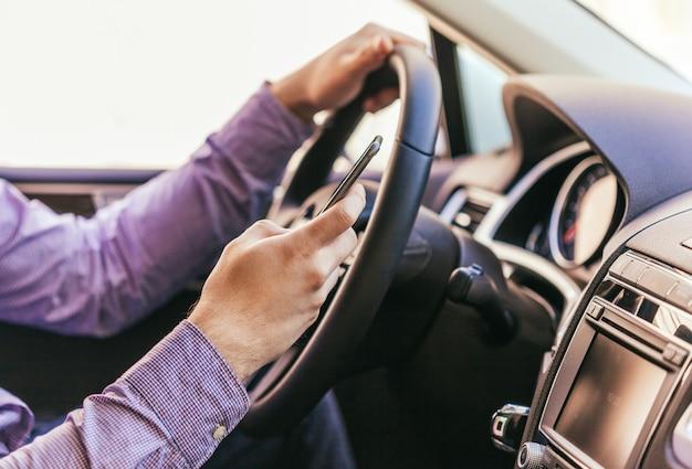 Primo piano di una mano maschile in una macchina moderna