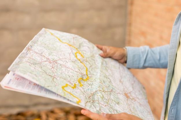 Primo piano di una mappa aperta