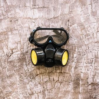 Primo piano di una maschera antigas sulla superficie in legno