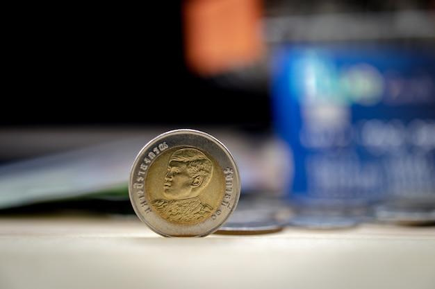 Primo piano di una moneta da 10 baht, fuoco baht tailandese