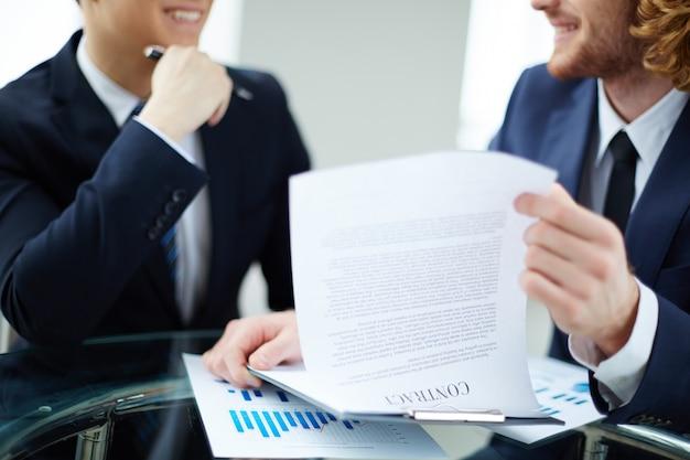 Primo piano di una pagina del contratto