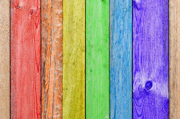 Primo piano di una parete in legno arcobaleno