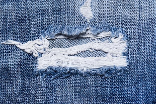 Primo piano di una parte strappata di jeans
