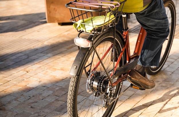 Primo piano di una persona che guida la bicicletta sulla strada