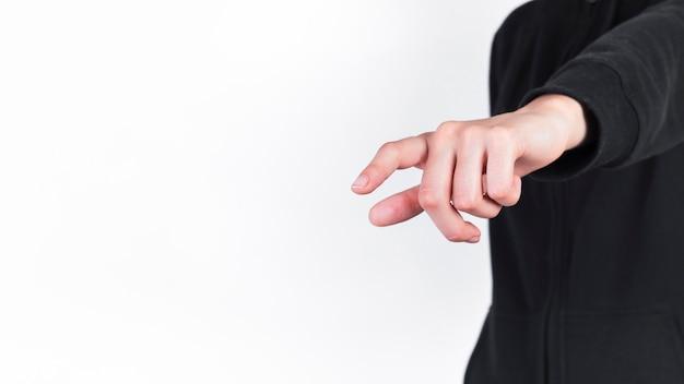 Primo piano di una persona che punta il dito su sfondo bianco